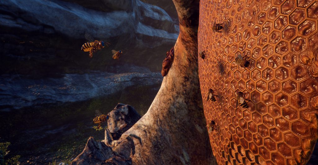 Et biebol med honning, man kan se flere bier som krabber rundt på den og et par som flyr over til siden.