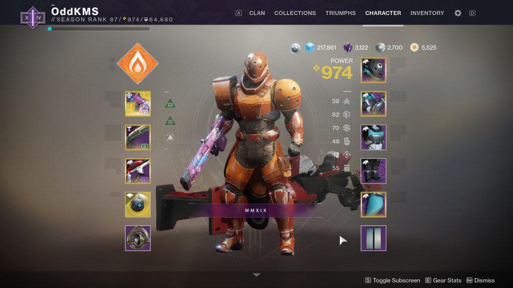 En figur i skrikende oransje sci-fi rustning. Han holder en rosa rifle med klistremerker på.Alle lemmene er omfattende, og særlig hoftene er kraftige.