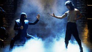 Sub-Zero som står ansikt til ansikt med Liu Kang. Begge er i kampstilling.